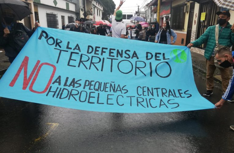 Con la lluvia como escudo, manifestantes dicen no a la construcción de hidroeléctricas en Risaralda y Caldas